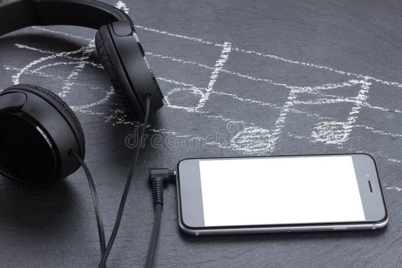 Σημειώσεις μουσικής με τα ακουστικά στοκ εικόνες