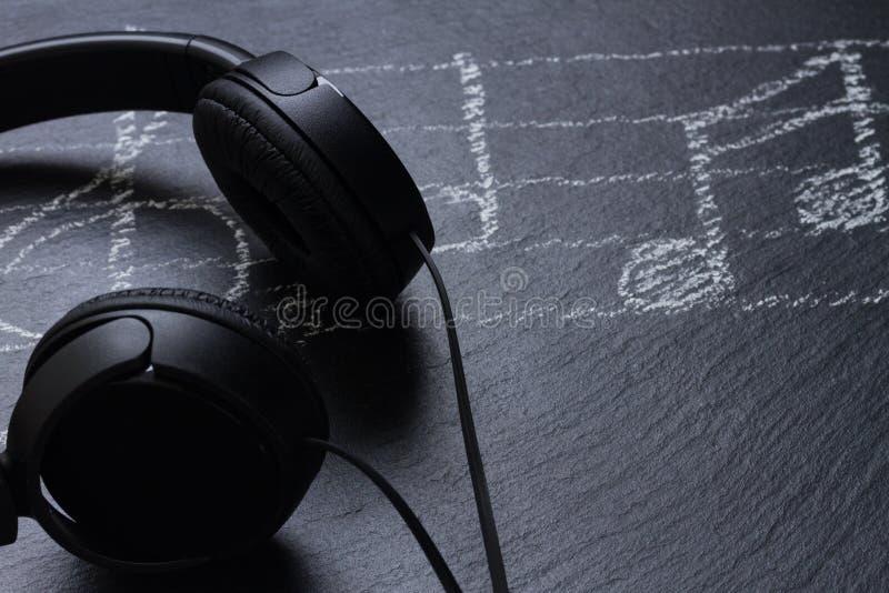 Σημειώσεις μουσικής με τα ακουστικά στοκ εικόνα