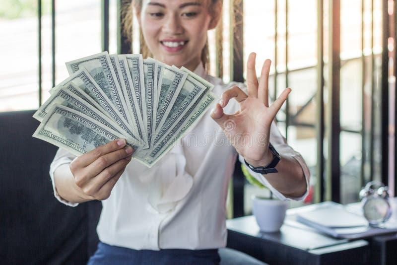 Σημειώσεις νομίσματος δολαρίων εκμετάλλευσης επιχειρηματιών στοκ φωτογραφία με δικαίωμα ελεύθερης χρήσης