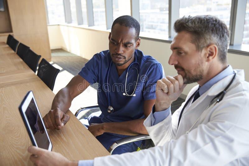 Σημειώσεις συνεδρίασης και αναθεώρησης του προσωπικό νοσοκομείου για την ψηφιακή ταμπλέτα στοκ εικόνες με δικαίωμα ελεύθερης χρήσης