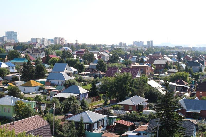 Σιβηρικά εξοχικά σπίτια της Ρωσίας στη ιδιωτική ιδιοκτησία του χωριού αγροτικής ανάπτυξης στοκ εικόνα