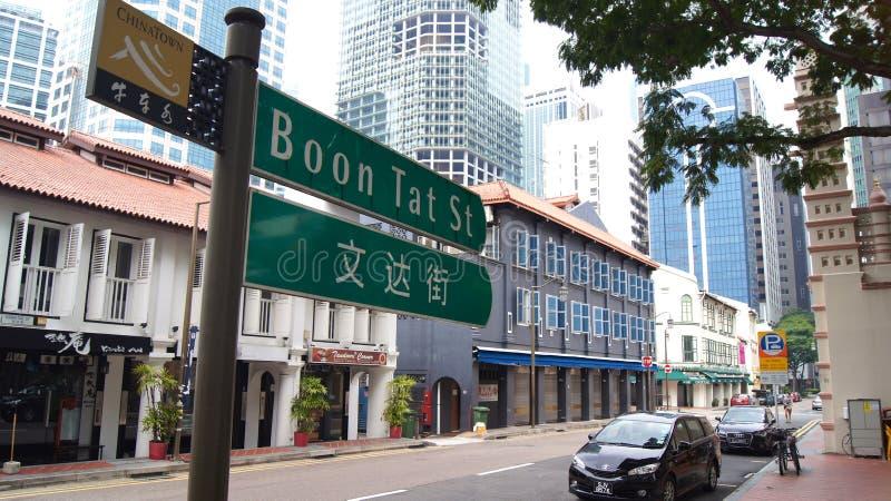 ΣΙΓΚΑΠΟΎΡΗ - 2 Απριλίου 2015: Δίγλωσσο σημάδι οδών στη Σιγκαπούρη Chinatown Η Σιγκαπούρη είναι πολυφυλετική πόλη όπου αγγλικά στοκ εικόνα