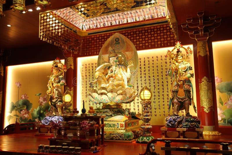 ΣΙΓΚΑΠΟΎΡΗ - 11 ΑΠΡΙΛΊΟΥ 2016: Συνεδρίαση αγαλμάτων του Βούδα στο ντεκόρ λωτού στοκ εικόνες με δικαίωμα ελεύθερης χρήσης