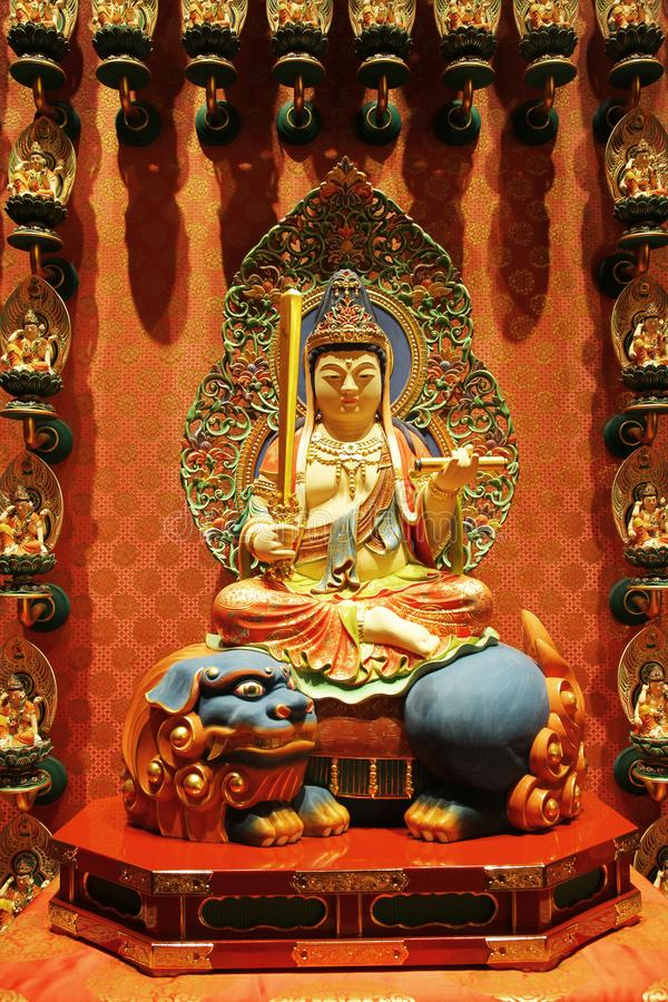 ΣΙΓΚΑΠΟΎΡΗ - 11 ΑΠΡΙΛΊΟΥ 2016: Συνεδρίαση αγαλμάτων του Βούδα στο ντεκόρ λωτού στοκ εικόνες