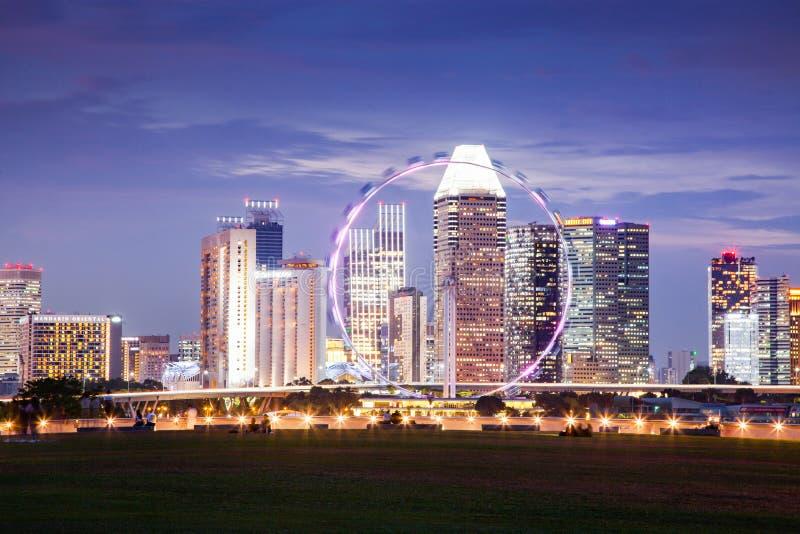 ΣΙΓΚΑΠΟΎΡΗ, ΣΙΓΚΑΠΟΎΡΗ - ΜΑΡΤΙΟΣ 2019: Η ζωντανή γραμμή της Σιγκαπούρης με την Marina Bay Sands, τους κήπους στον κόλπο με δάση ν στοκ φωτογραφία με δικαίωμα ελεύθερης χρήσης