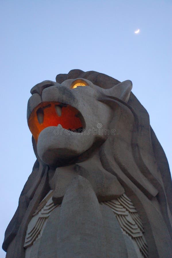 Σιγκαπούρη - 22 Νοεμβρίου: Άγαλμα Merlion στο νησί Sentosa στη Σιγκαπούρη Άποψη νύχτας στο merlion θερέτρου 22 Νοεμβρίου 2009 στοκ εικόνες με δικαίωμα ελεύθερης χρήσης