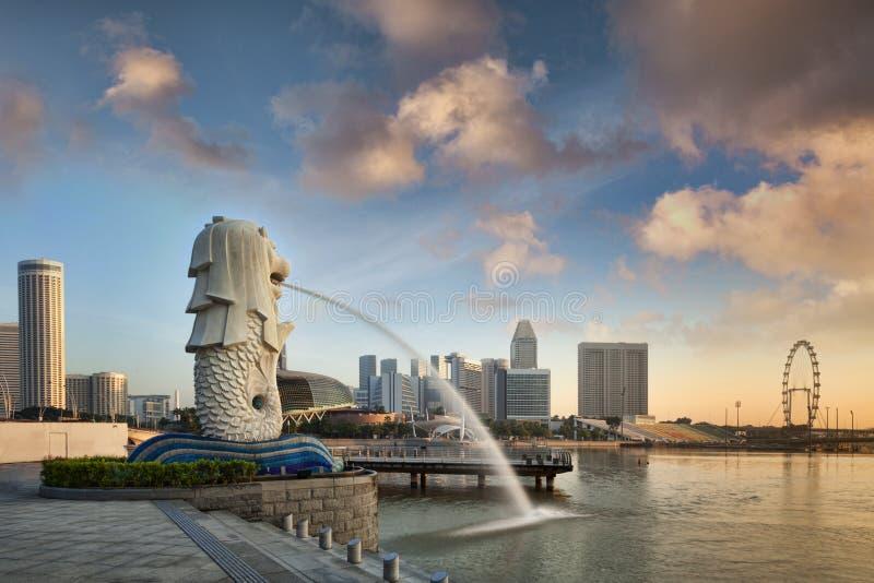 Σιγκαπούρη το Merlion στην ανατολή στοκ εικόνες με δικαίωμα ελεύθερης χρήσης