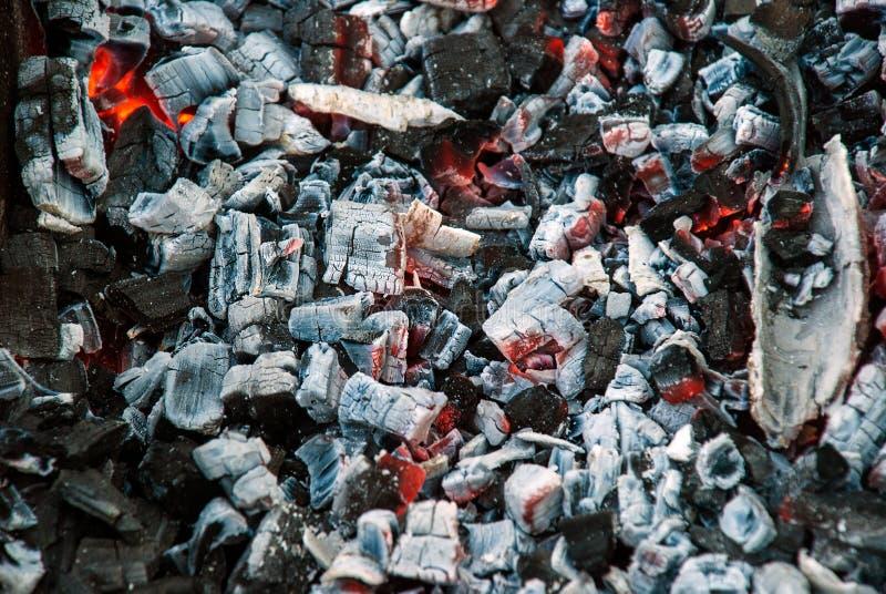 Σιγοκαίγοντας άνθρακες Τέφρες στη σχάρα στοκ φωτογραφία με δικαίωμα ελεύθερης χρήσης