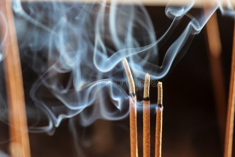 Σιγοκαίγοντας ραβδιά, κάψιμο και κάπνισμα θυμιάματος στοκ φωτογραφία με δικαίωμα ελεύθερης χρήσης