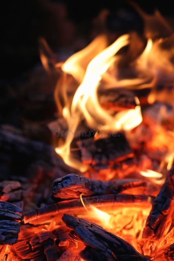 Σιγοκαίγοντας τέφρες μιας φωτιάς στοκ εικόνες με δικαίωμα ελεύθερης χρήσης