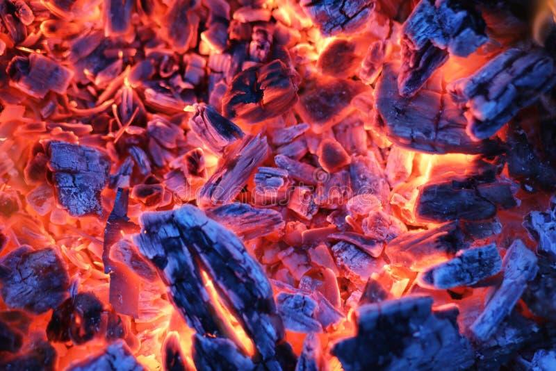 Σιγοκαίγοντας τέφρες μιας φωτιάς στοκ φωτογραφία με δικαίωμα ελεύθερης χρήσης