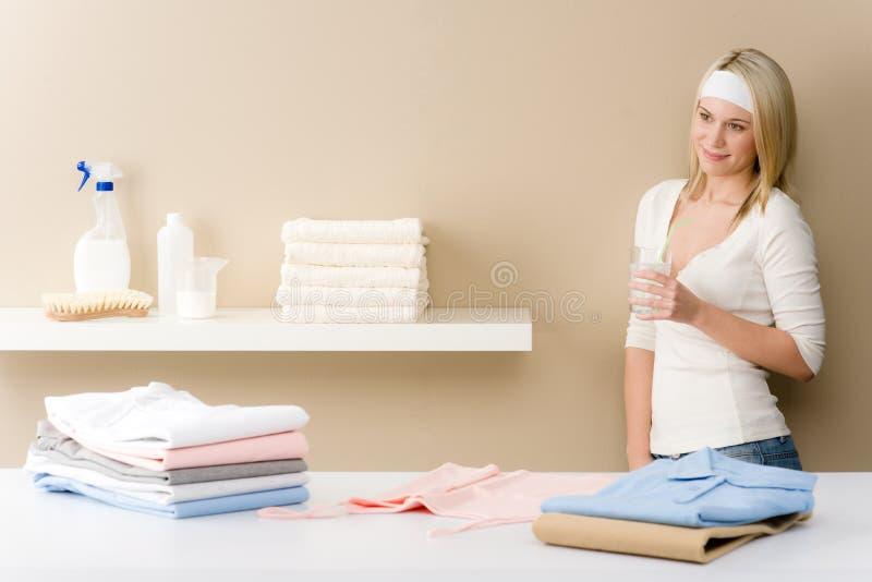 σιδερώνοντας γυναίκα πλ&u στοκ εικόνα