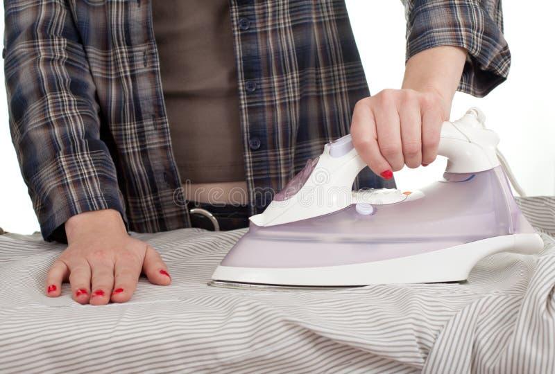 σιδερώνοντας γυναίκα στοκ φωτογραφία με δικαίωμα ελεύθερης χρήσης