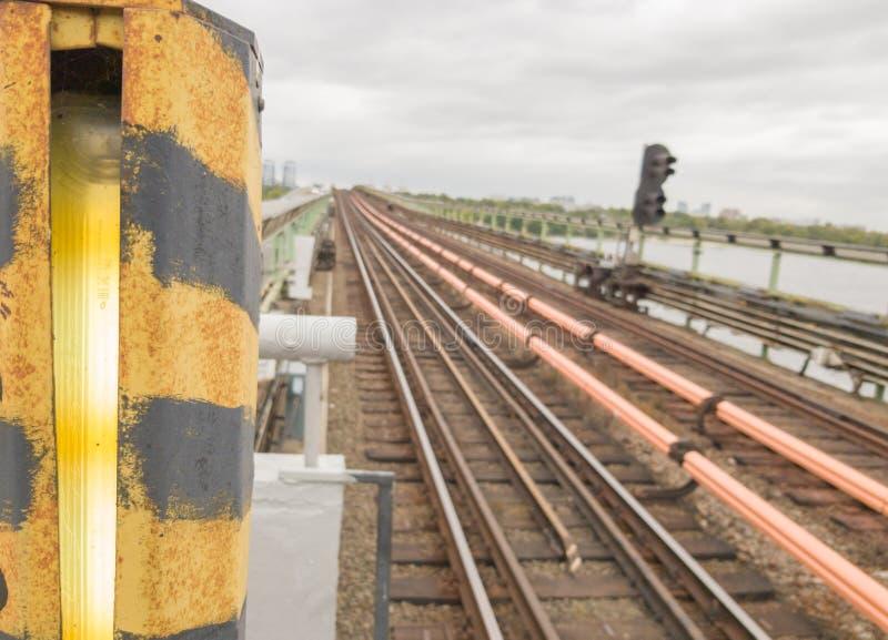 Σιδηροδρομικές γραμμές στο μετρό της γέφυρας στο ύπαιθρο Σιδηρόδρομος, σιδηροτροχιές στην πόλη Έννοια του ταξιδιού, ταξίδι με τρέ στοκ φωτογραφίες με δικαίωμα ελεύθερης χρήσης