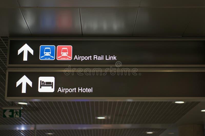 Σιδηροδρομική σύνδεση αερολιμένων και σημάδι πινάκων πληροφοριών ξενοδοχείων αερολιμένων στοκ εικόνα