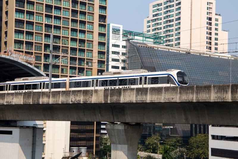 """Σιδηροδρομική σύνδεση """"γραμμή αερολιμένων της Μπανγκόκ πόλεων """" Είναι μια γραμμή ραγών κατόχων διαρκούς εισιτήριου που συνδέει το στοκ εικόνα με δικαίωμα ελεύθερης χρήσης"""