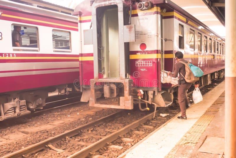 Σιδηροδρομικός σταθμός Μπανγκόκ Hualampong, το Δεκέμβριο του 2018: σόλο ταξιδιώτης Ταϊλάνδη με το τραίνο που βρίσκει την πλατφόρμ στοκ φωτογραφία με δικαίωμα ελεύθερης χρήσης