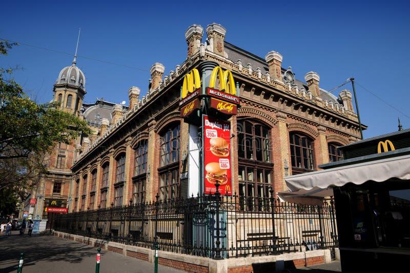 Σιδηροδρομικός σταθμός της Βουδαπέστης - γρήγορο φαγητό McDonald στοκ εικόνα
