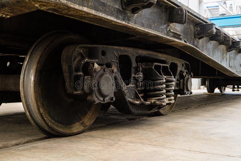 Σιδηροδρομικό βαγόνι εμπορευμάτων μέσα σε ένα βιομηχανικό κτήριο στοκ εικόνα