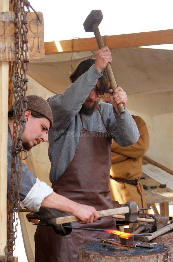 Σιδηρουργοί στην εργασία στους ιστορικούς χρόνους και τα EPOCH ` φεστιβάλ ` που αφιέρωσαν στην ιστορία της μεσαιωνικής Ρωσίας, Μό στοκ φωτογραφία