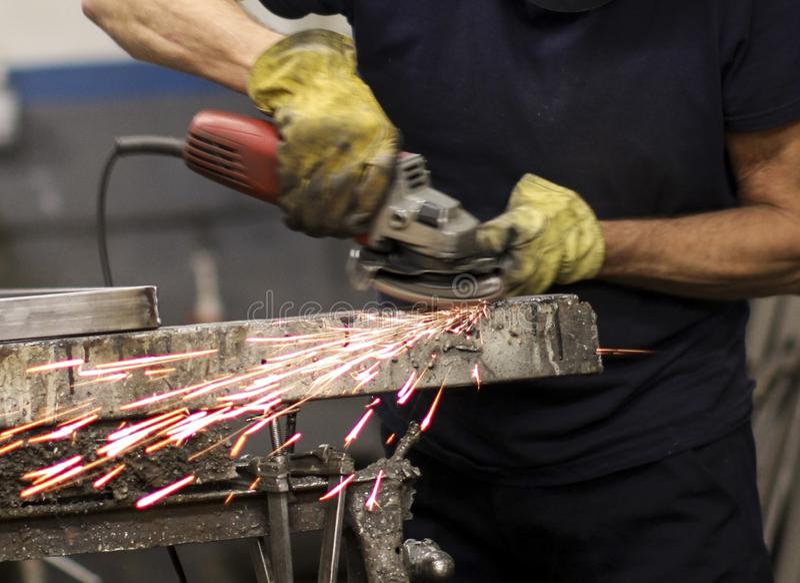 Σιδηρουργός που εργάζεται με το σίδηρο στοκ φωτογραφίες με δικαίωμα ελεύθερης χρήσης