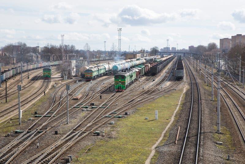 Σιδηρόδρομος με την ατμομηχανή φορτίου με τα βαγόνια εμπορευμάτων Πολλοί σιδερώνουν τους τρόπους και τα τραίνα Φορτηγό τρένο 2018 στοκ φωτογραφία με δικαίωμα ελεύθερης χρήσης