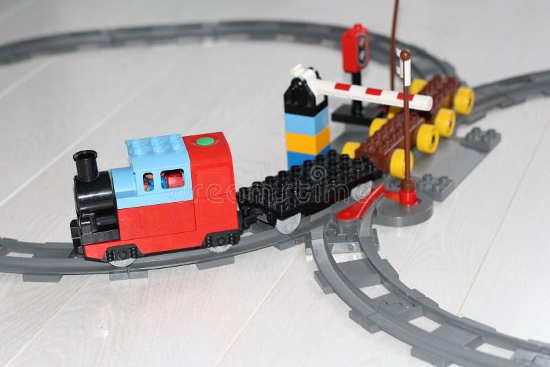 Σιδηρόδρομος παιχνιδιών Τα ταξίδια τραίνων με το τραίνο Σχεδιαστής για τα παιδιά στοκ φωτογραφία
