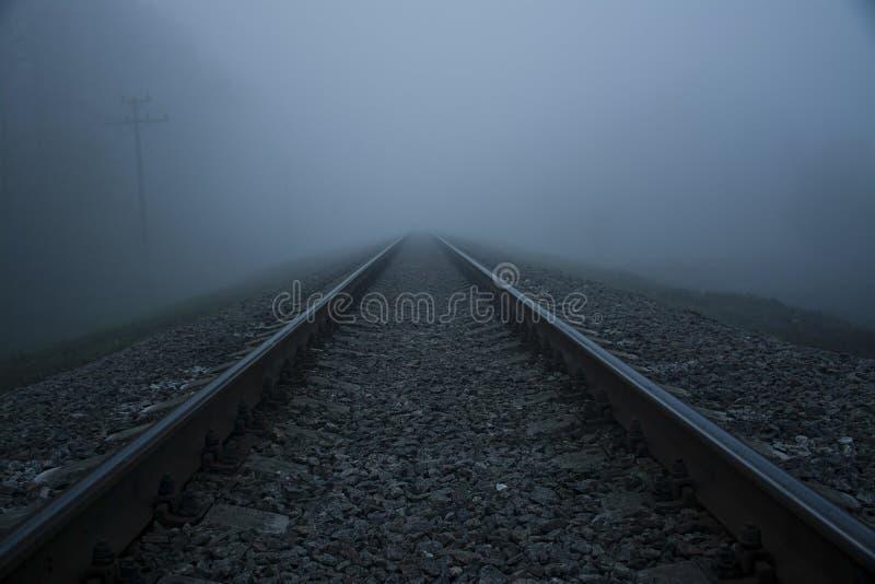 Σιδηρόδρομος στην ομίχλη Παχύς σιδηρόδρομος ομίχλης στοκ εικόνα