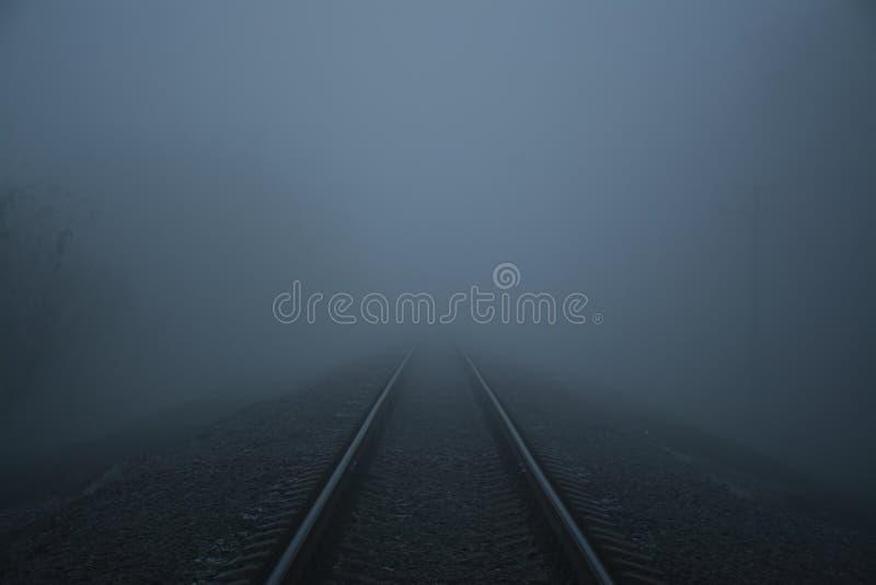 Σιδηρόδρομος στην ομίχλη Παχύς σιδηρόδρομος ομίχλης στοκ φωτογραφίες