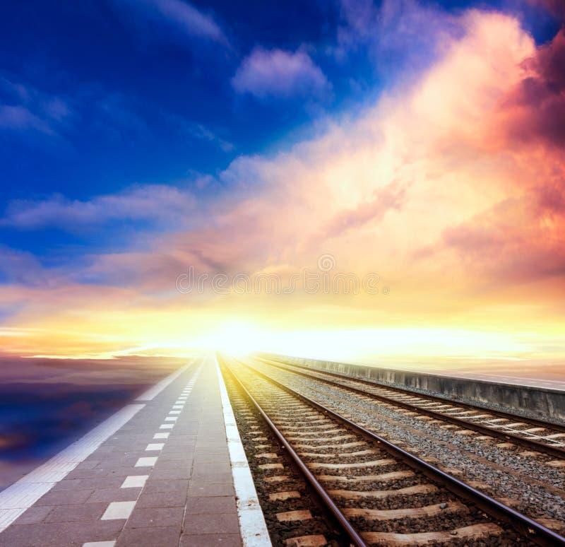 σιδηρόδρομος στον ορίζοντα κάτω από το νεφελώδη ουρανό στοκ φωτογραφία με δικαίωμα ελεύθερης χρήσης