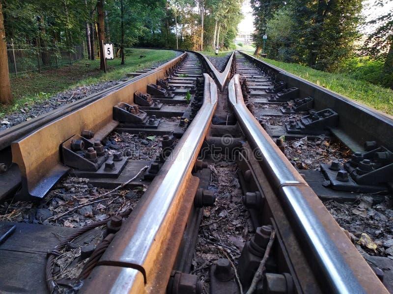 Σιδηρόδρομος στο ηλιοβασίλεμα όχημα, αστική μεταφορά ράγες και κοιμώμεοί στο τελευταίο φως του ήλιου ταξίδι γύρω από τη χώρα κατά στοκ εικόνες
