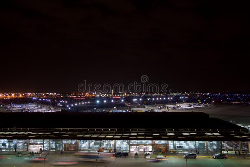 ΣΙΚΑΓΟ, ΙΛΛΙΝΟΙΣ, ΗΝΩΜΕΝΕΣ ΠΟΛΙΤΕΊΕΣ - 11 Μαΐου 2018: Έξω από το διεθνή αερολιμένα λαγών του Σικάγου Ο ` τη νύχτα με μερικούς στοκ φωτογραφία με δικαίωμα ελεύθερης χρήσης