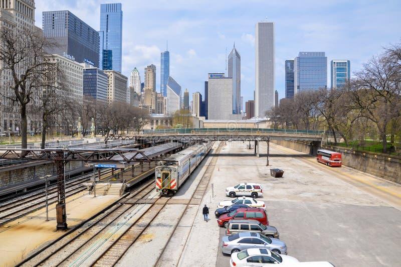 ΣΙΚΑΓΟ, IL - 5 Μαΐου 2011 - Van Buren ST Metra σταθμός με τον ορίζοντα του Σικάγου στο υπόβαθρο στοκ εικόνες