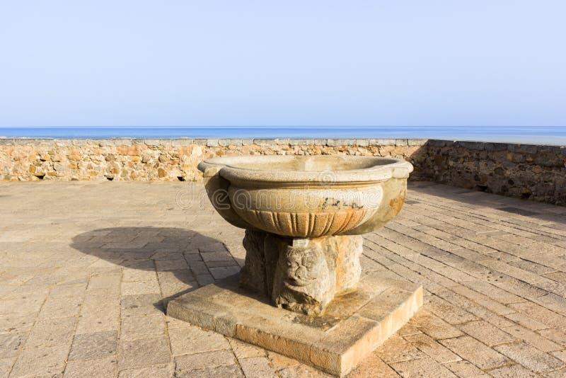 Σικελία, Cefalu, πεζούλι που αγνοεί τη θάλασσα στοκ εικόνες