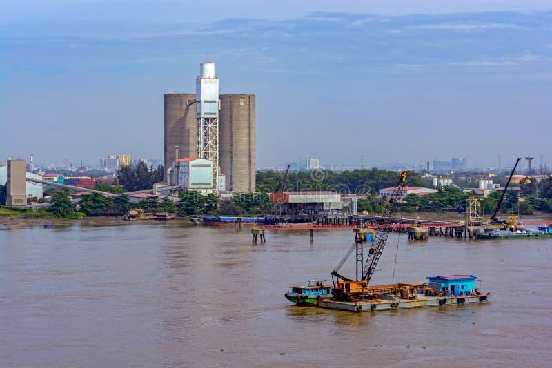 Σιλό τσιμέντου στις όχθεις του ποταμού στοκ φωτογραφίες