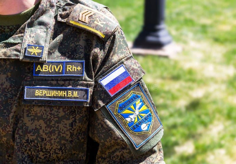 Σιρίτι στις στρατιωτικές στολές μανικιών του ρωσικού μαθητή στρατιωτικής σχολής στοκ εικόνες
