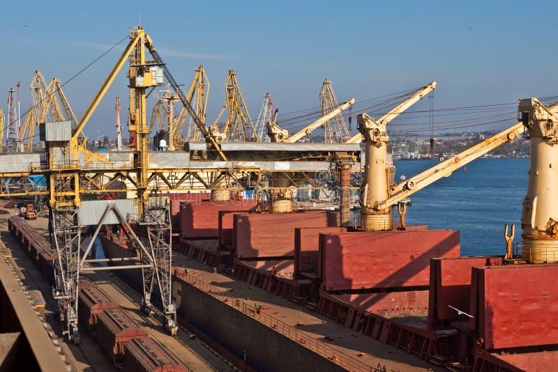 Σιτάρι από τα σιλό που φορτώνονται επάνω στο φορτηγό πλοίο επάνω στοκ εικόνες με δικαίωμα ελεύθερης χρήσης