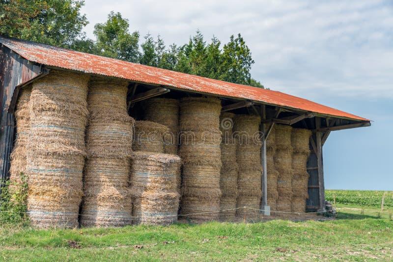Σιταποθήκη με το σωρό των θυμωνιών χόρτου στη Νορμανδία, Γαλλία στοκ εικόνα
