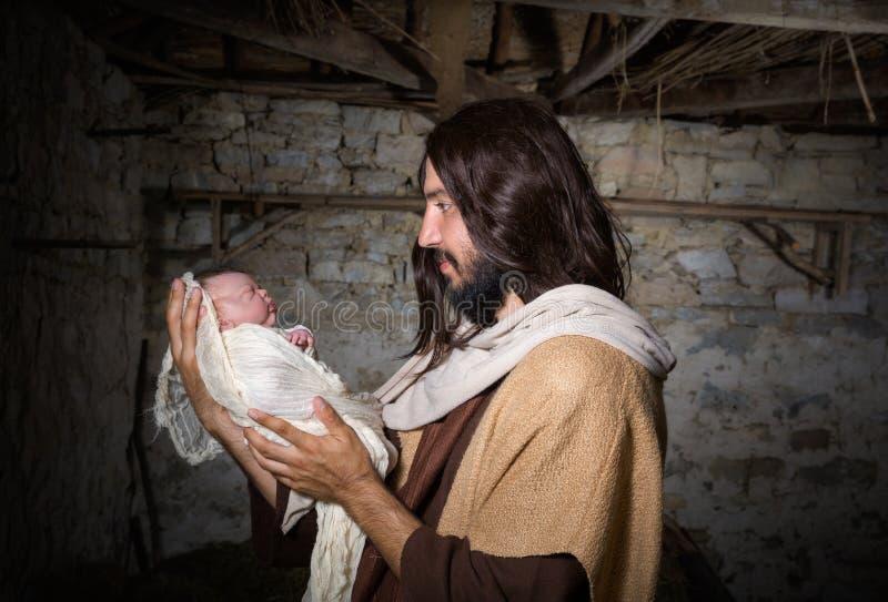 Σιταποθήκη Nativity με το Joseph και το μωρό Ιησούς στοκ φωτογραφία με δικαίωμα ελεύθερης χρήσης