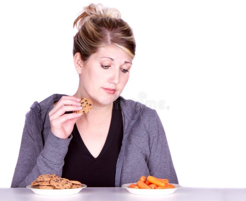 σιτηρέσιο επιλογών που τρώει κάνοντας τη γυναίκα στοκ φωτογραφία με δικαίωμα ελεύθερης χρήσης