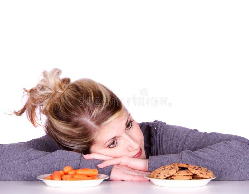 σιτηρέσιο επιλογών που τρώει κάνοντας τη γυναίκα στοκ εικόνες με δικαίωμα ελεύθερης χρήσης