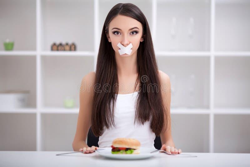σιτηρέσιο Κλείστε επάνω το πρόσωπο της νέας όμορφης λυπημένης λατινικής γυναίκας με το mout στοκ φωτογραφία
