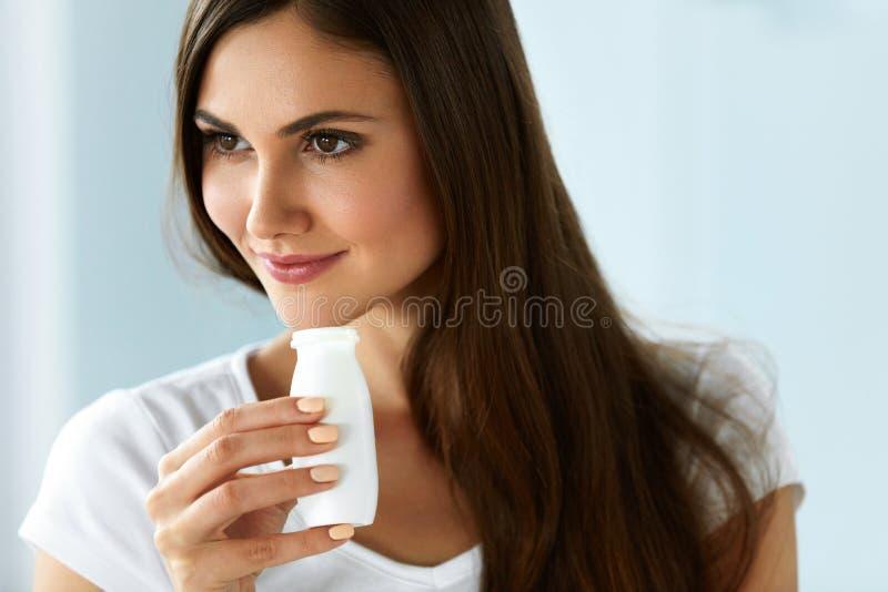 σιτηρέσιο υγιεινό Όμορφη χαμογελώντας γυναίκα που πίνει το φυσικό γιαούρτι στοκ φωτογραφίες με δικαίωμα ελεύθερης χρήσης
