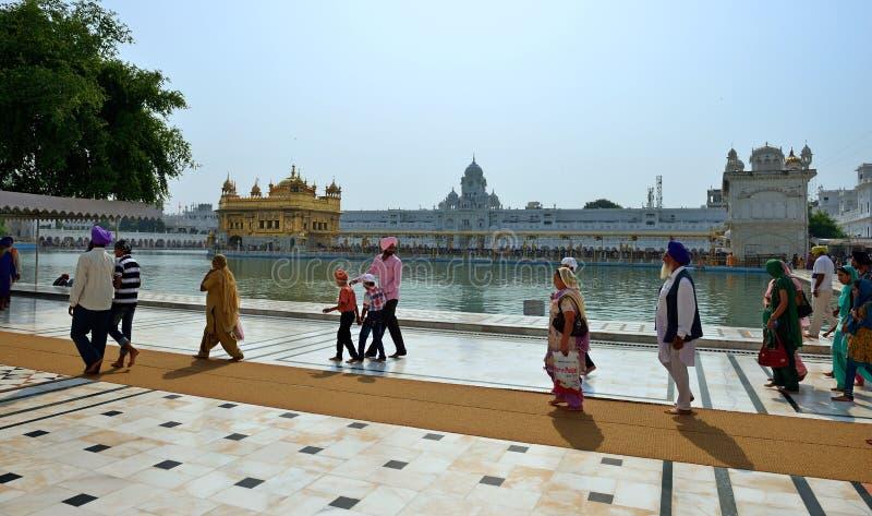 Σιχ περπάτημα στο χρυσό ναό, Amritsar στοκ εικόνες