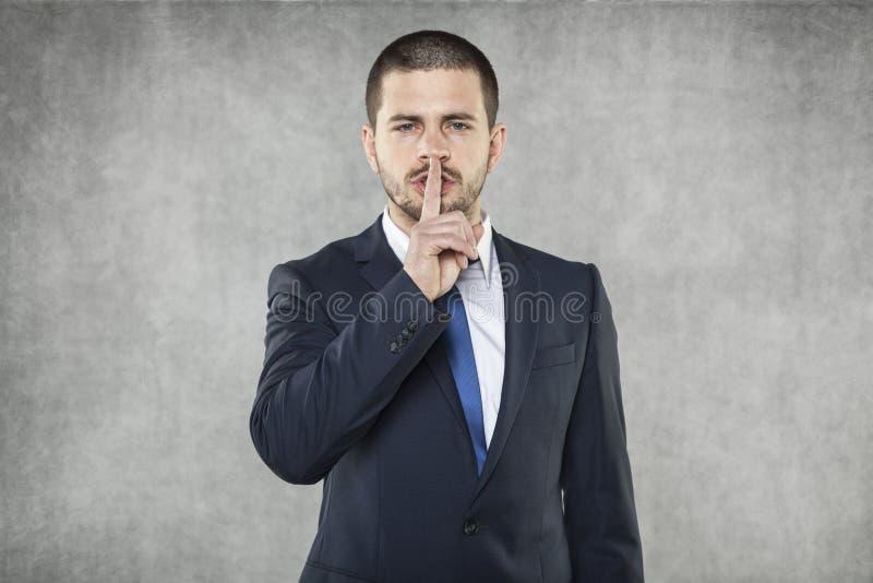 Σιωπή παρακαλώ, επιχειρηματίας που κάνει το σημάδι σιωπής στοκ εικόνα με δικαίωμα ελεύθερης χρήσης