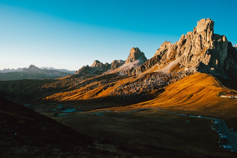 Σιωπηλή ήρεμη ειρηνική άποψη του μεγάλου δύσκολου φαραγγιού στην κοιλάδα δολομιτών στο ηλιοβασίλεμα με το σαφή μπλε ουρανό και τα στοκ φωτογραφία