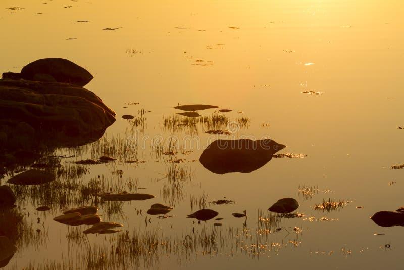 Σιωπηλή ήρεμη λίμνη στο ηλιοβασίλεμα Καρελία, Ρωσία φυσικό πορτοκάλι ανασκόπ&e στοκ εικόνες με δικαίωμα ελεύθερης χρήσης