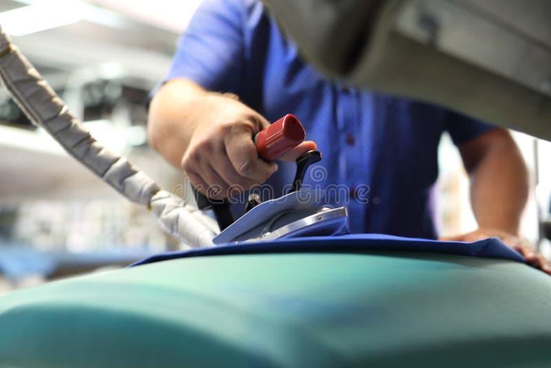 Σιδερώνοντας επαγγελματίας στοκ φωτογραφία με δικαίωμα ελεύθερης χρήσης