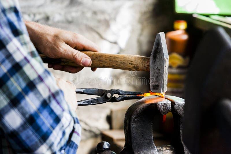 Σιδηρουργός στην εργασία στο υπαίθριο μουσείο της χάγης στοκ εικόνες