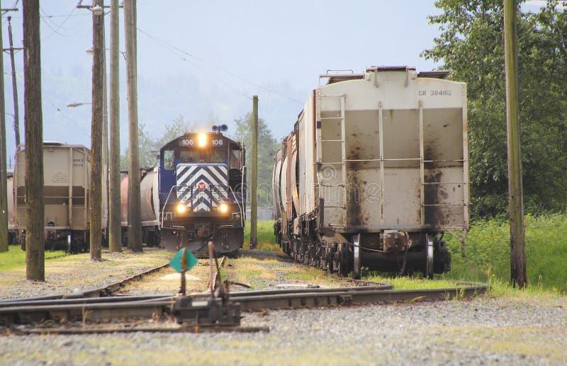 Σιδηροδρομική σύνδεση που λειτουργεί σε Railyard στοκ φωτογραφία με δικαίωμα ελεύθερης χρήσης